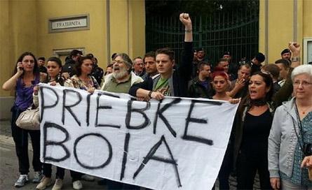 La folla davanti alla Fraternità San Pio X ad Albano
