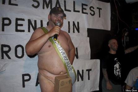 uomo con pene piccolo