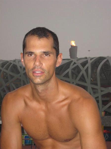 La protesta di Romain Mesnil: correre nudo con l\