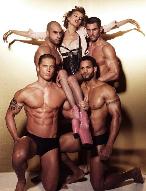 Tributo a Madonna e a Like a Virgin con un set quasi fetish