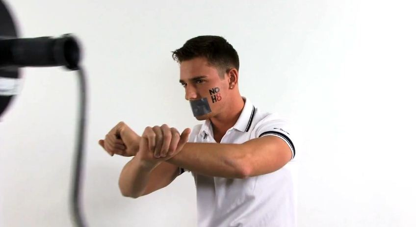 Il porno attore Brent Corrigan posa contro la Prop8