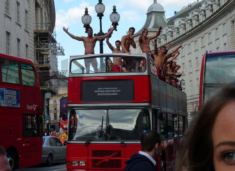Pettorali al vento per le strade di Londra: apre Hollister