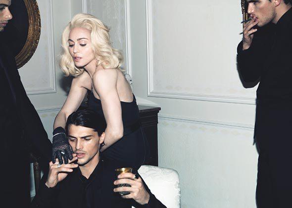 Jesus Luz si spoglia per Madonna