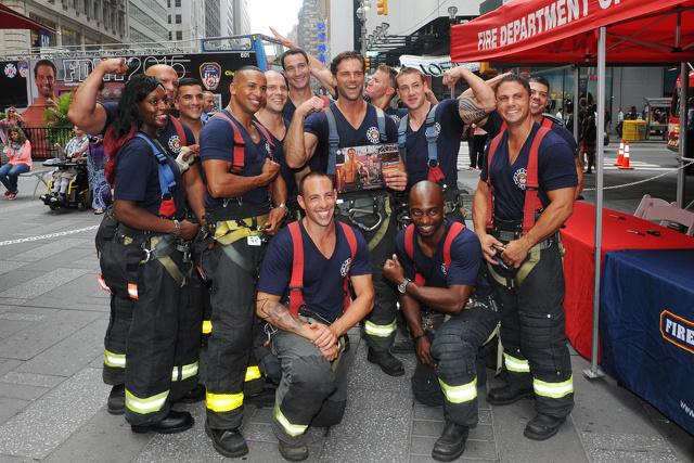 I pompieri di New York presentano il nuovo calendario a Times Square