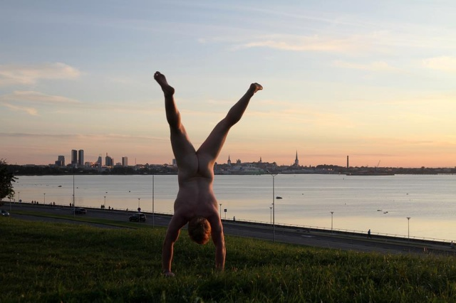 Uomo fa il giro del mondo nudo (e a testa in giù). Ecco perché