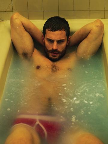 """Jamie Dornan: \""""Non mi piace il mio fisico\"""". Ma continua posare nudo"""