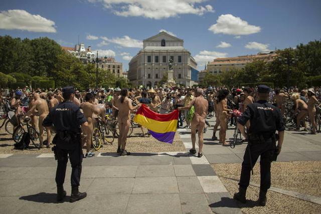 Madrid. Ciclisti nudi alla manifestazione contro le automobili