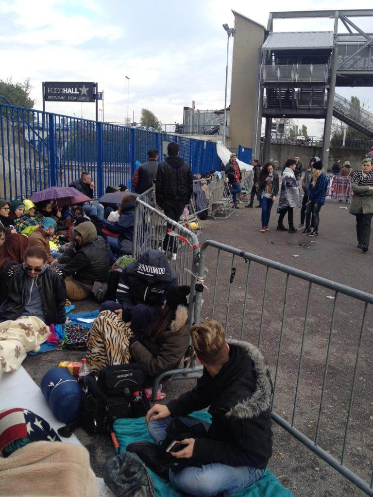 Lady Gaga a Milano: i fan si preparano al concerto. Le prime immagini
