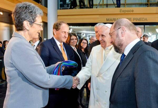 Una sciarpa rainbow per Papa Bergoglio in visita a Strasburgo