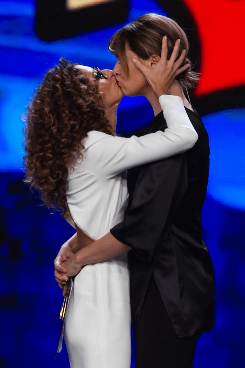 Il bacio lesbico a Zelig che il Vaticano vuole censurare