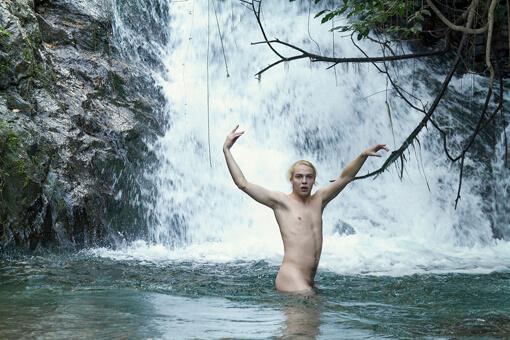 Budget a rischio: attore si spoglia per salvare il film a tema gay
