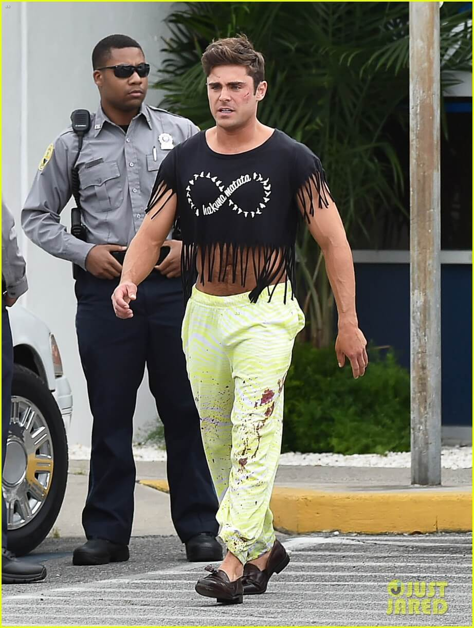 Zac Efron e il sobrissimo outfit sul set di