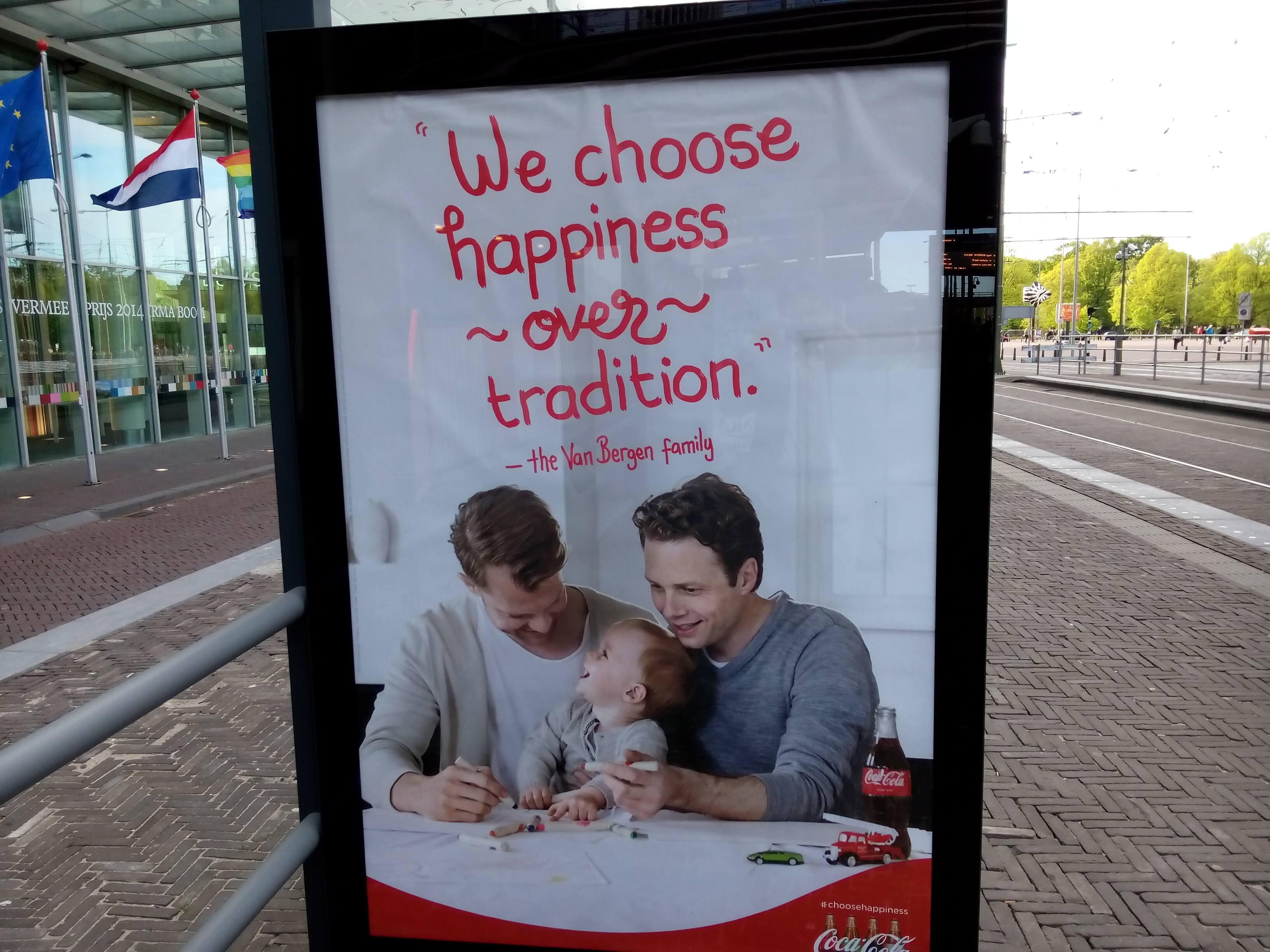 """Coca-Cola, pubblicità con due padri: \""""Tradizione? Meglio la felicità\"""""""