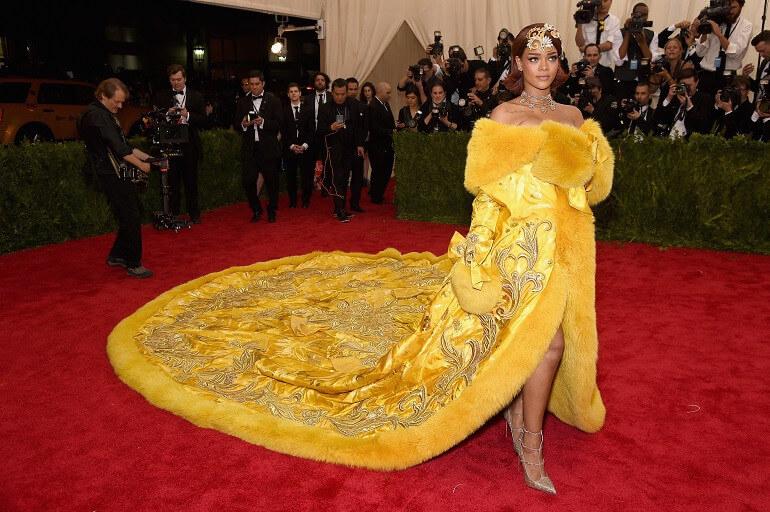 Rihanna vestito giallo pizza