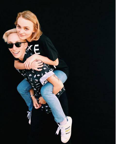 Lily Rose, figlia di Johnny Depp, fa coming out e sostiene i diritti LGBTQ