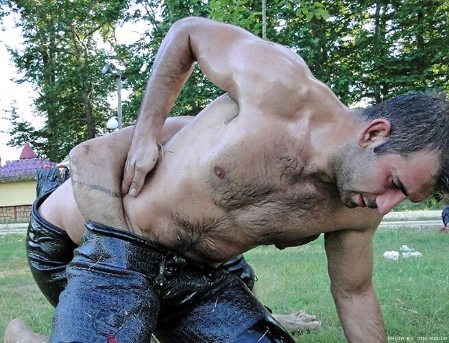 Sport ad alto tasso di testosterone: la sexy lotta turca