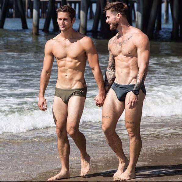 max_emerson_fidanzato_spiaggia_piedi_nudi