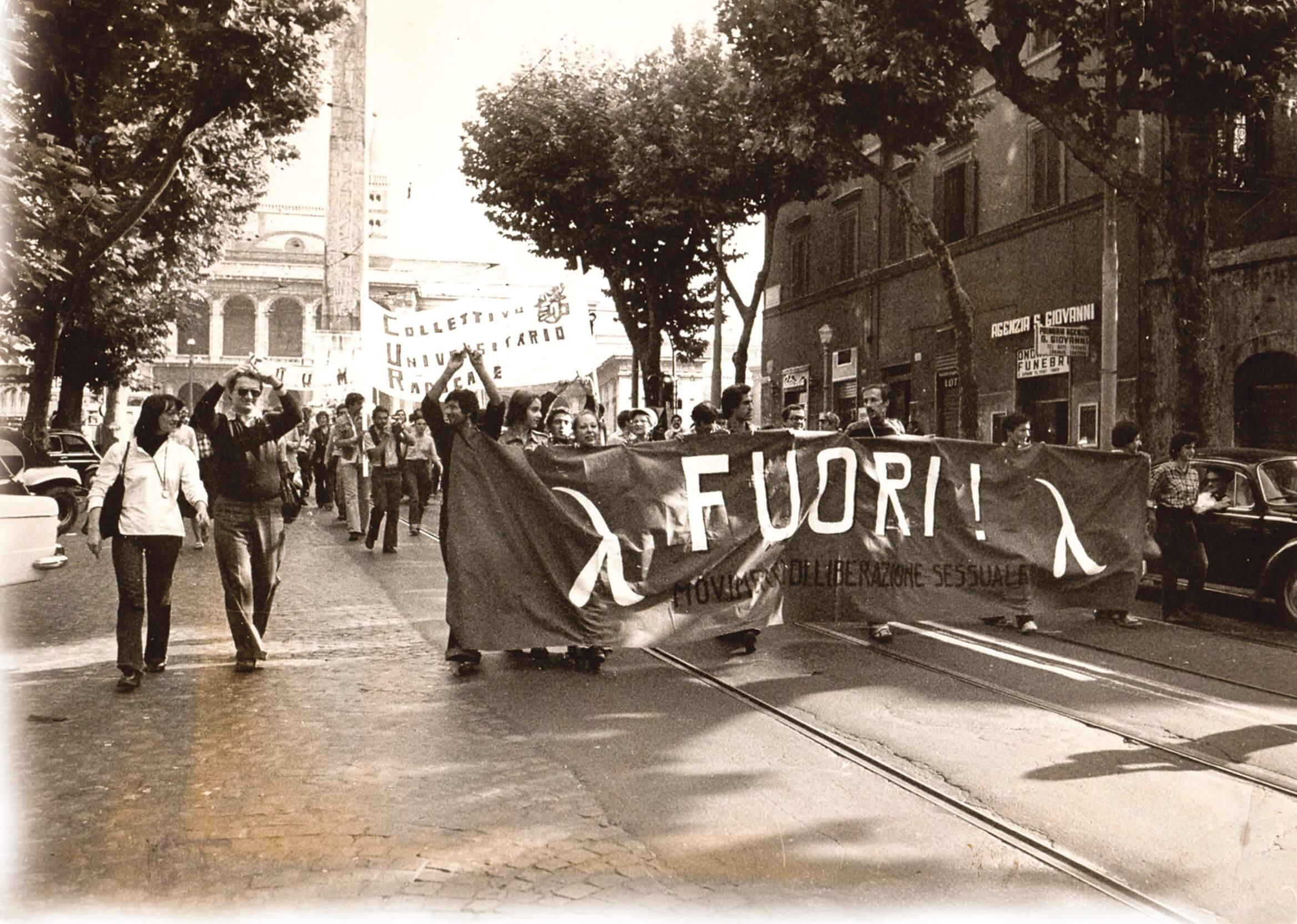 Una manifestazione del FUORI! a Roma, anch'essa datata 1975, si riconosce, sulla sinistra, il leader del FUORI! Angelo Pezzana.