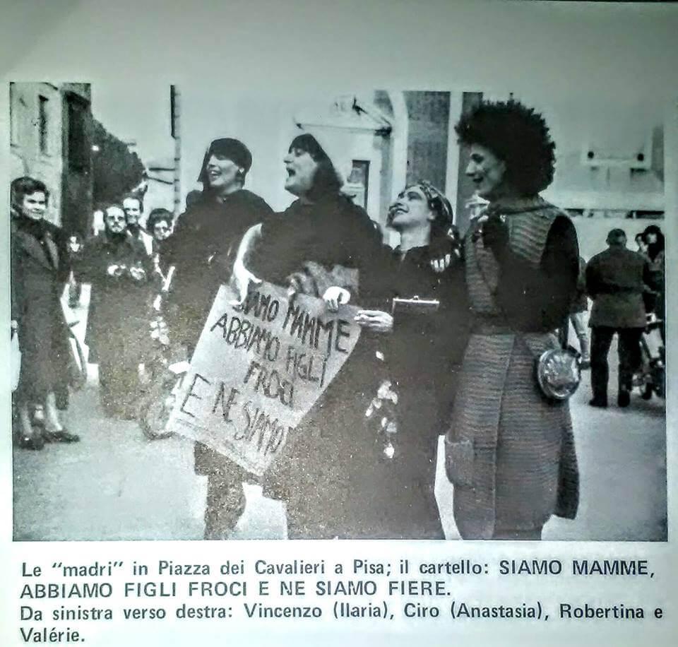 """Immagine della manifestazione contro la violenza verso le persone LGBT tenutasi a Pisa il 24 novembre 1979. Da """"Lambda"""", gennaio e febbraio 1980."""