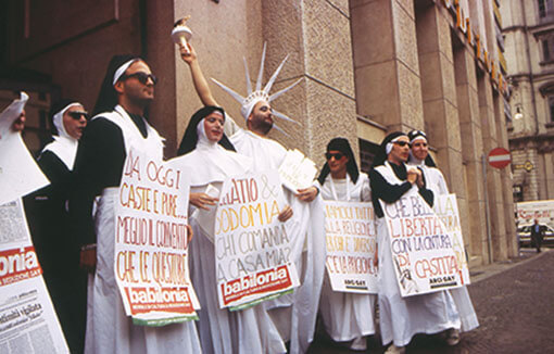 """Le """"Suore della perpetua indulgenza"""" manifestano a Milano con tutta la loro contrizione."""