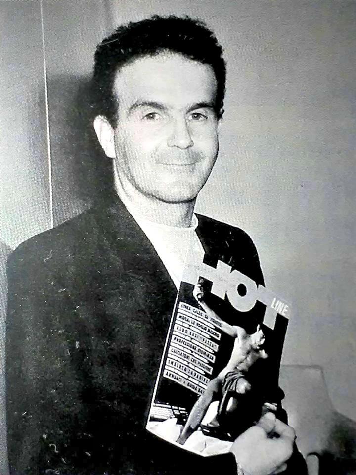 """Felix Cossolo con in mano il primo numero di """"Hotline"""", foto di Tiziano Bedin."""