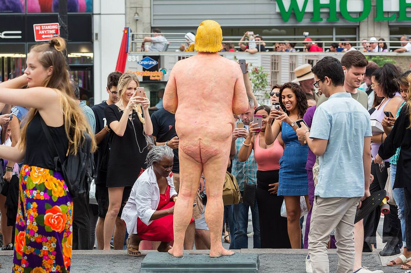 La street art contro Trump: ecco le disgustose statue che lo prendono in giro