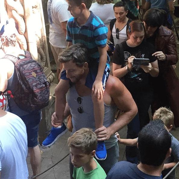 Papà super sexy a Disneyland: ecco il bizzarro Instagram che li colleziona