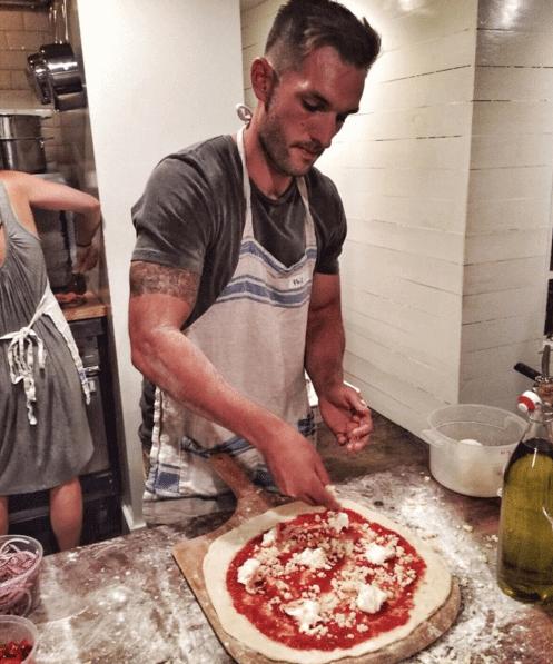 Questo ragazzo gira il mondo facendosi selfie hot mentre mangia pizza