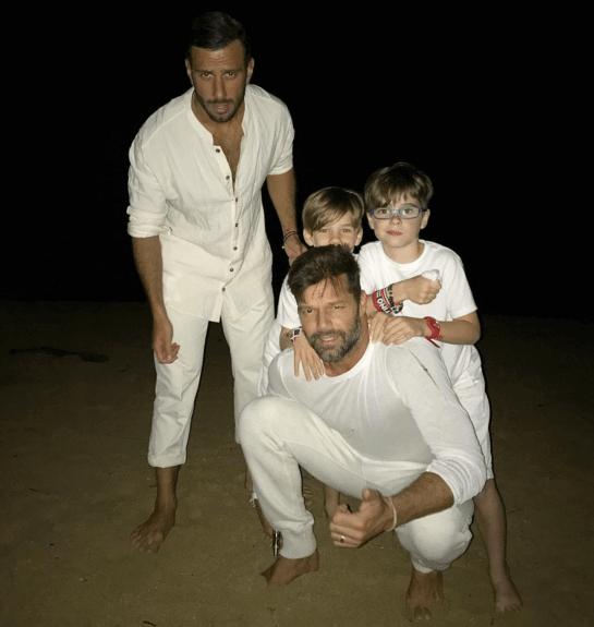 Ricky Martin e il fidanzato Jwan Yosef in vacanza coi figli: le bellissime foto sui social