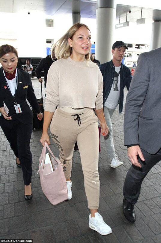 Sia paparazzata in aeroporto senza parrucca e con un nuovo look
