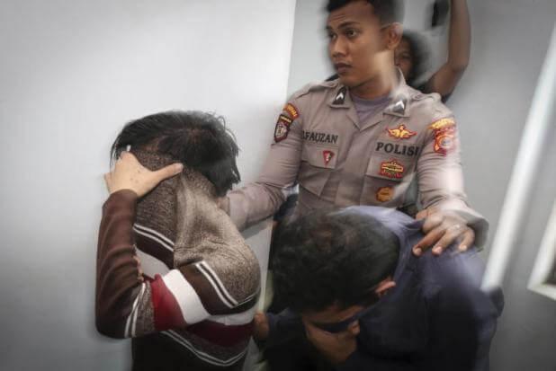 Indonesia: coppia gay colpevole di atti omosessuali, 85 frustate a testa