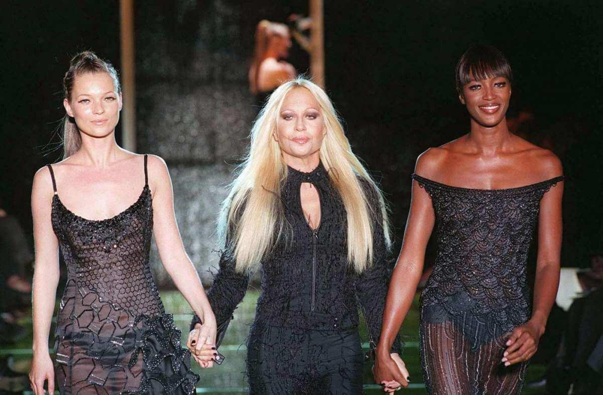 Donatella Versace: 62 anni tra glamour, eccessi, femminismo e amicizie pop
