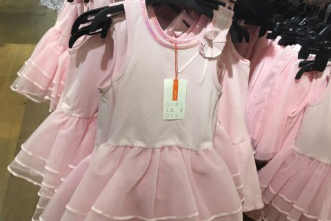 Londra, niente più distinzione tra vestiti per maschietti e femminucce: il caso