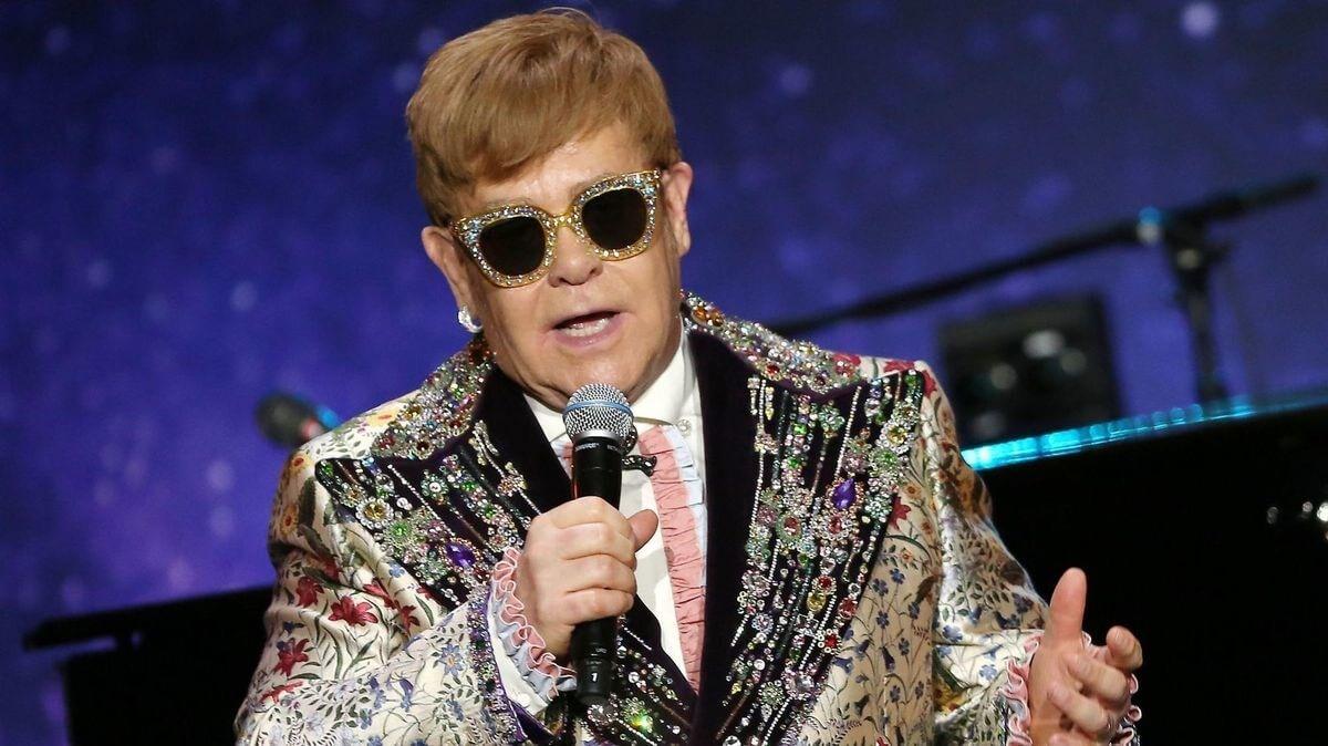 Elton John 51dff390035a