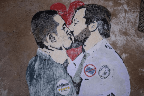 murales bacio gay salvini di maio Roma
