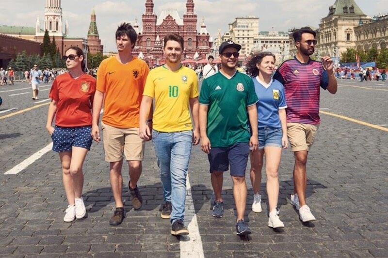 Russia 2018, aggirano i divieti omofobi e realizzano bandiera rainbow indossando t-shirt delle nazionali