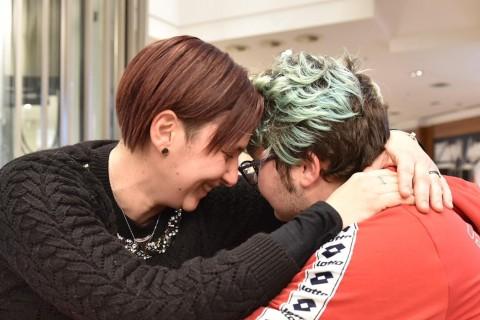 Denise e Ale, l'abbraccio tra mamma e figlio