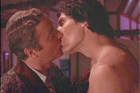 Michael Caine e il bacio gay